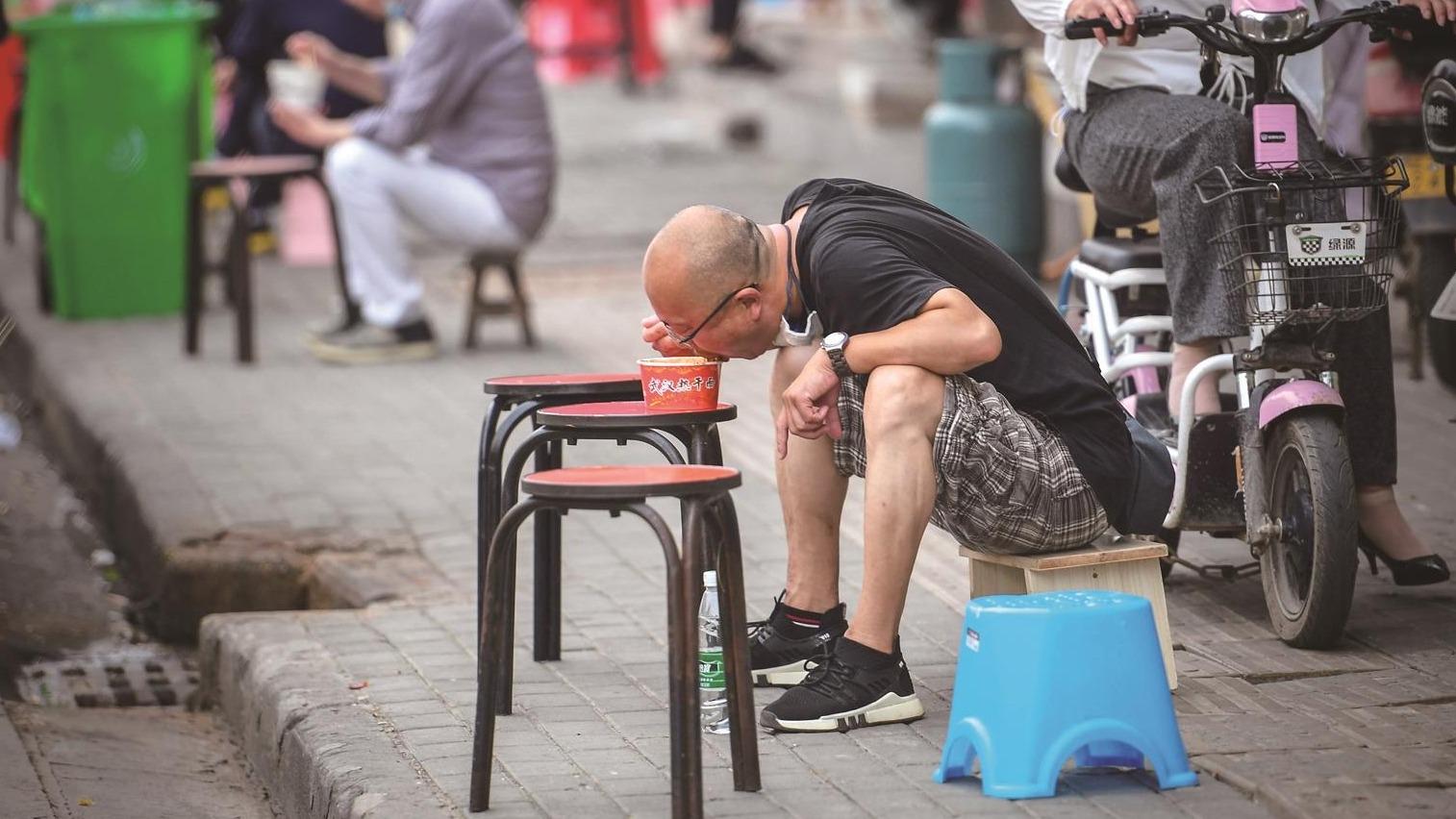 五一期间市民走上街头品尝美食 熟悉的武汉味道慢慢回来了
