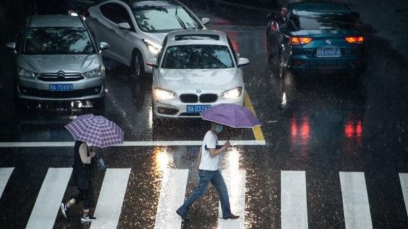 武汉今晨暴雨如注,上班市民行色匆匆