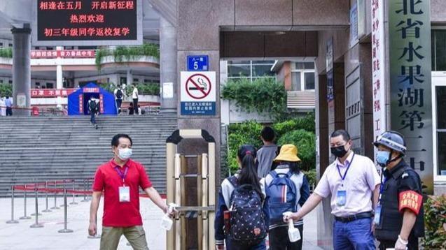 武汉初三复课:学生持打印绿码入校,校长直播隔空致词
