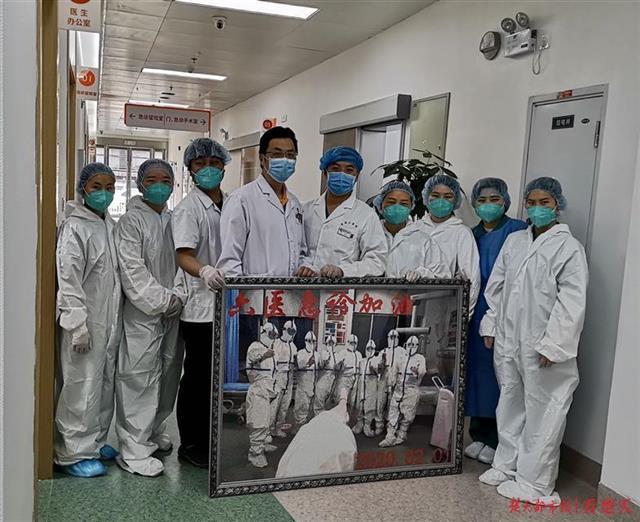 遗憾不能与同事并肩抗疫,孕妈护士70天手做60吋贴图送战友
