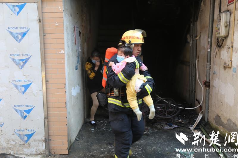 武穴一小区楼梯间起火 10余名居民紧急疏散(图4)