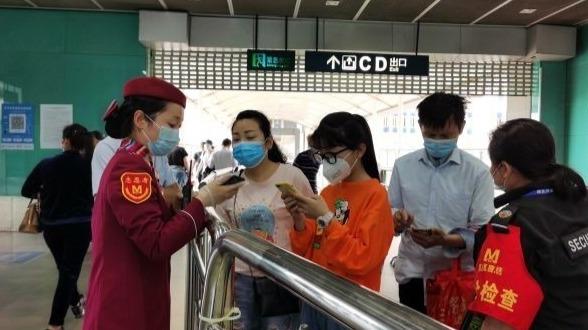 武汉多个地铁站现返程客流