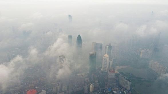 云雾漫江城