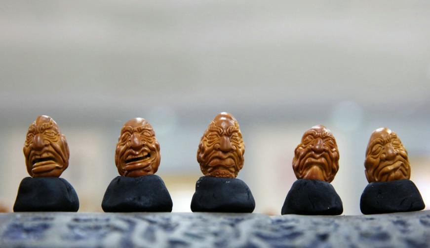 巧夺天工 !十堰男子用橄榄核雕出十八罗汉
