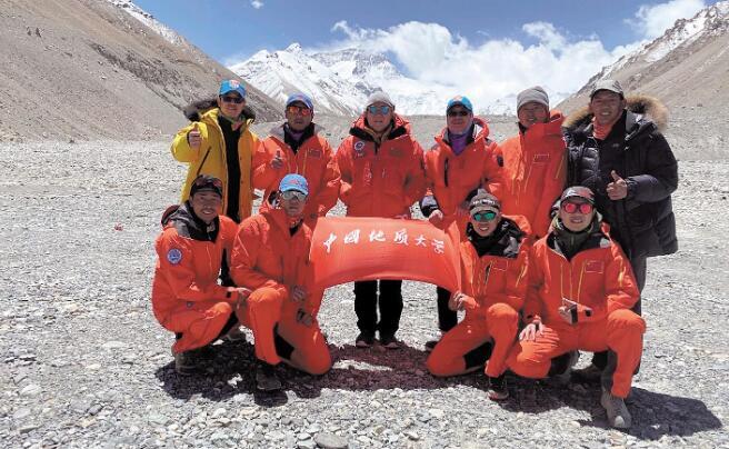 """2020珠峰测量登山队成功登顶 两位""""地大人""""再次站上世界之巅"""