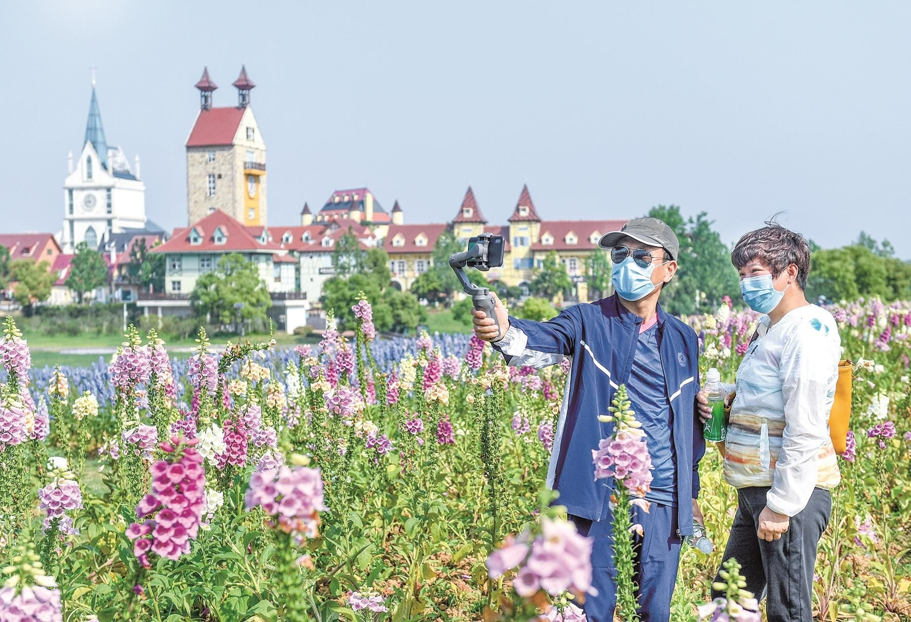 昨日,蒋受林、朱振芳夫妇俩在花博汇自拍