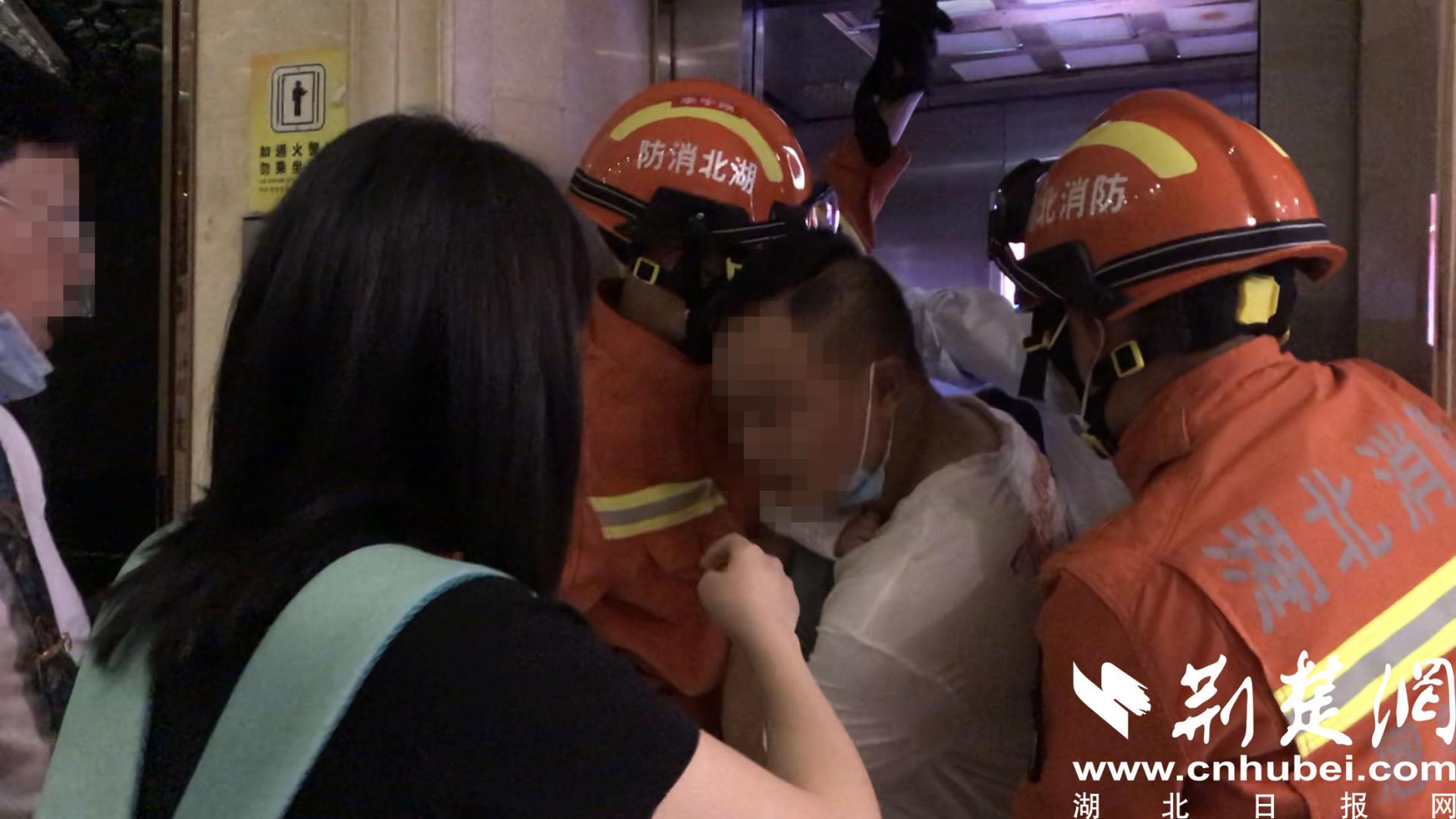 酒店电梯停电4人被困 恩施消防及时救援(图2)