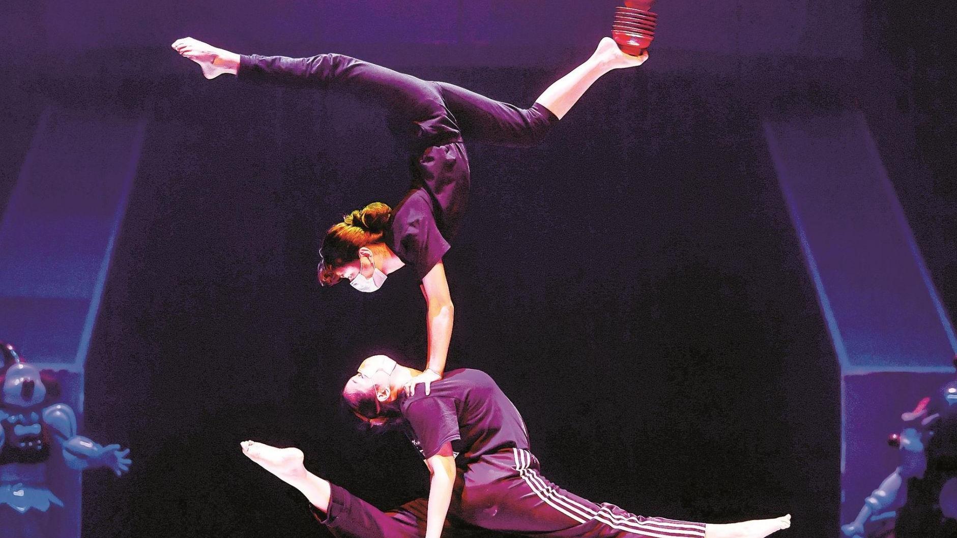 武汉杂技团4个月来首度彩排 ,舞台上跳跃着 戴口罩的精灵