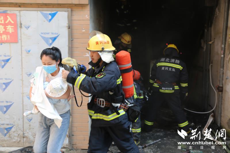 武穴一小区楼梯间起火 10余名居民紧急疏散(图3)