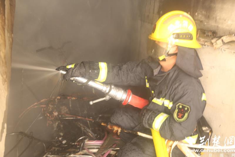 武穴一小区楼梯间起火 10余名居民紧急疏散