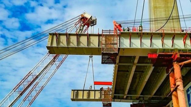 赤壁长江大桥架设首节钢混梁悬臂