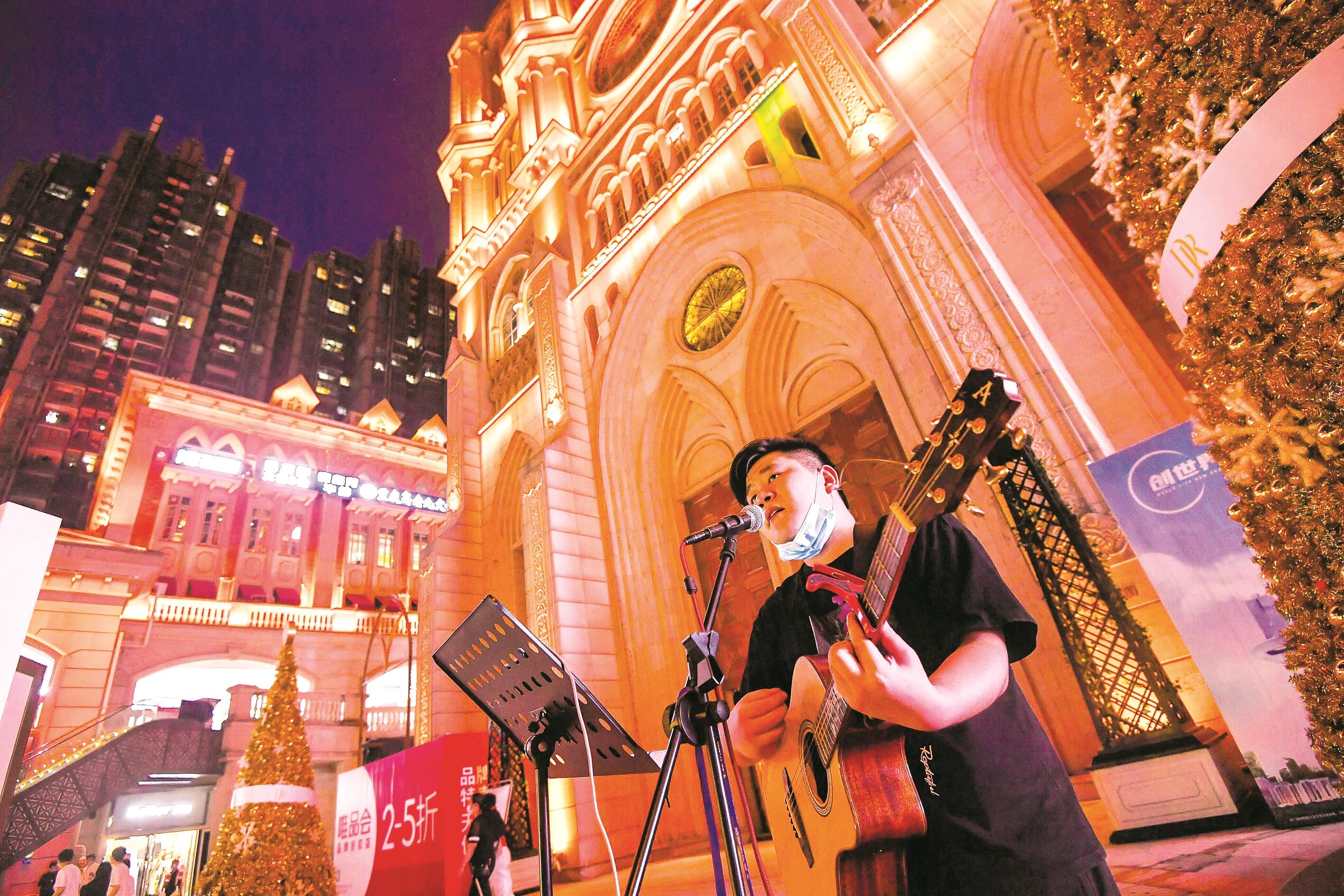 武汉知名街头歌手回来了:相信疫情总会过去 期待光谷重现繁华