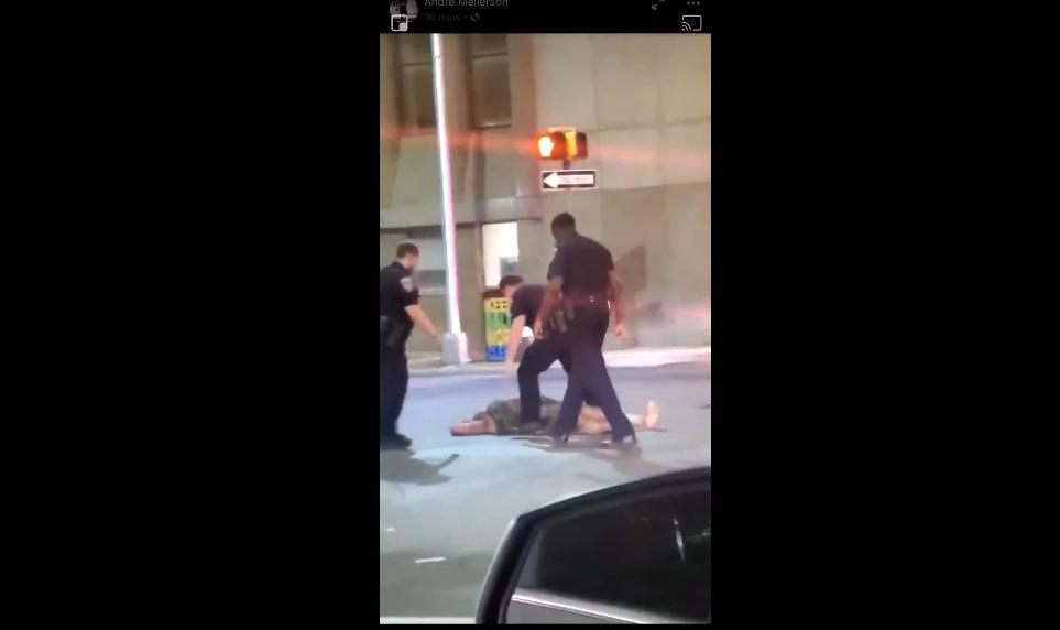 美国警察再被拍下暴力执法女子遭重拳击倒在地