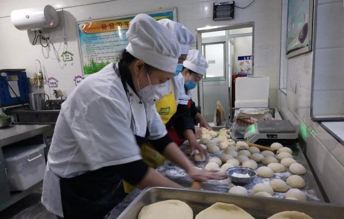 """内蒙古:幼儿园""""跨界""""卖早点  营养餐受欢迎"""