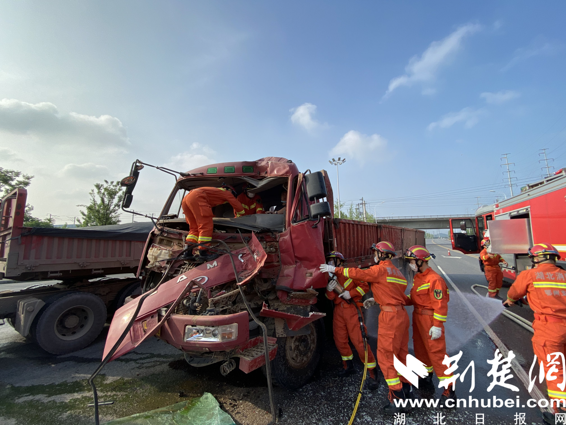 货车相撞变形司机被困 鄂州消防破拆救人(图2)