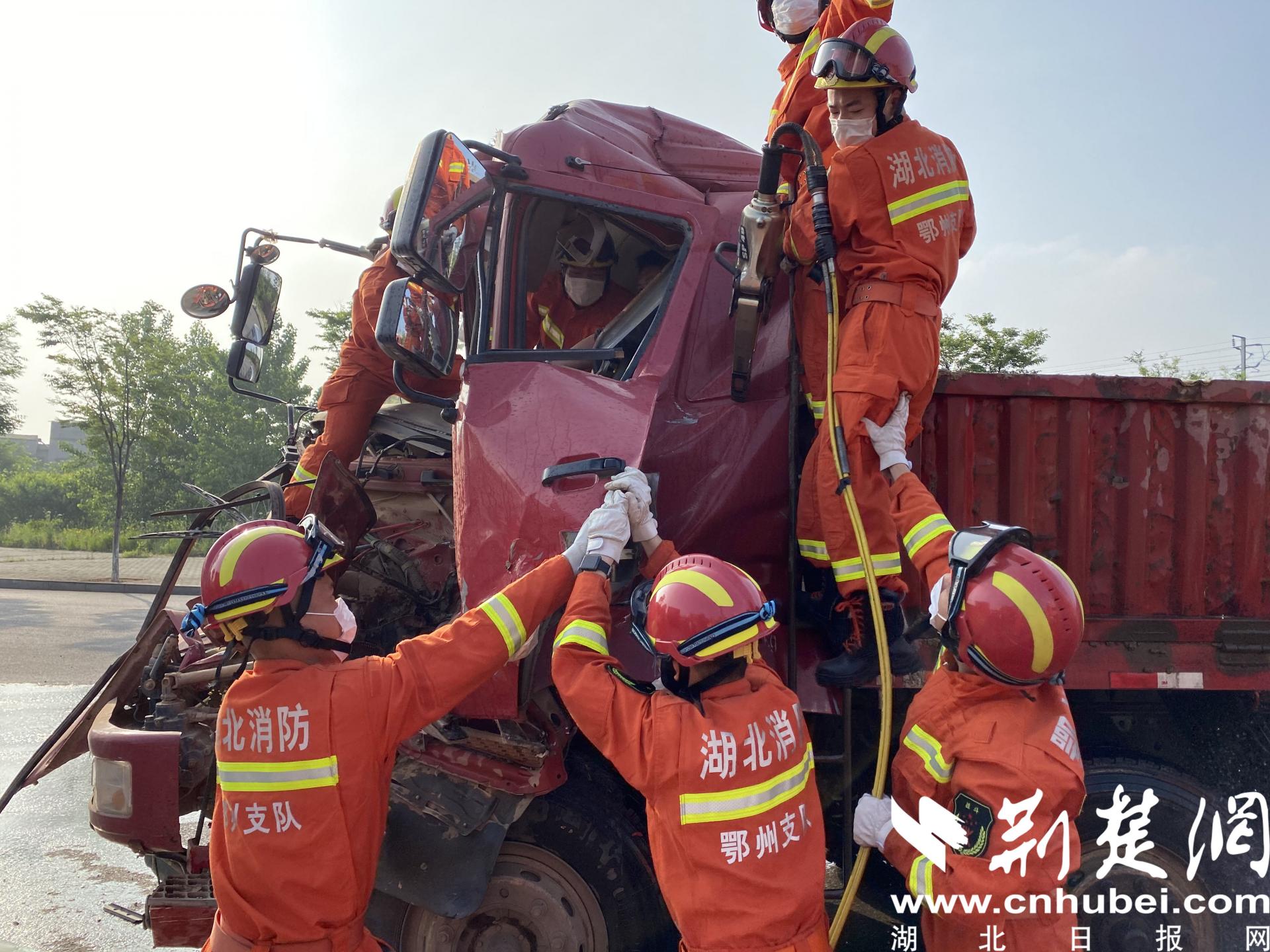 货车相撞变形司机被困 鄂州消防破拆救人(图1)