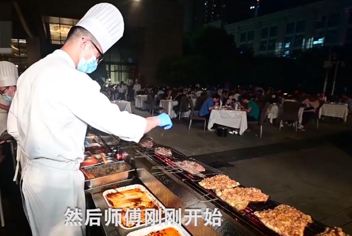武汉五星酒店摆烧烤排档 总厨变烤串师傅