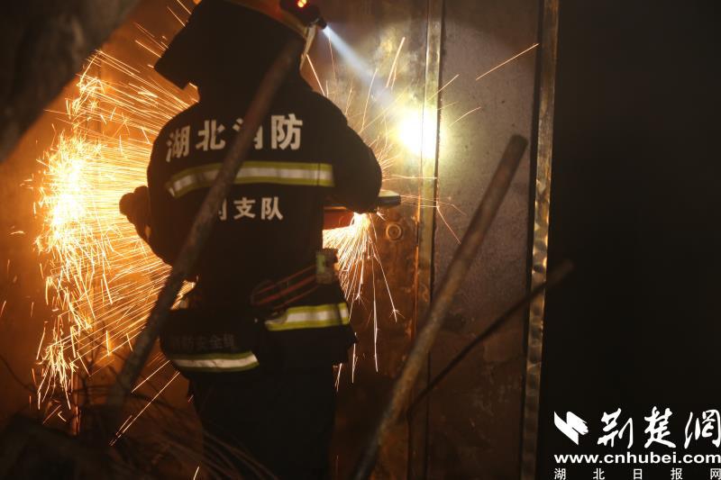 武穴一小区楼梯间起火 10余名居民紧急疏散(图2)