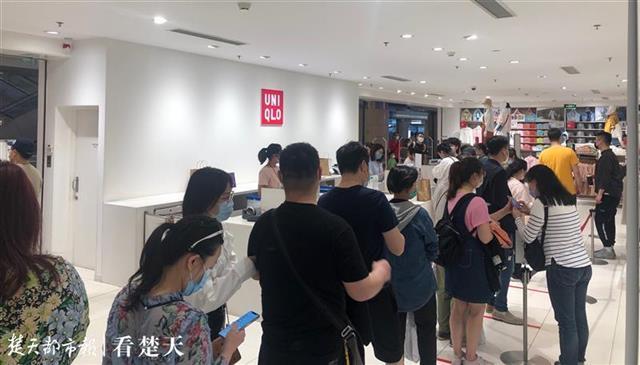 武汉人的消费热情回来了,五一小长假首日,商场买单排起长队