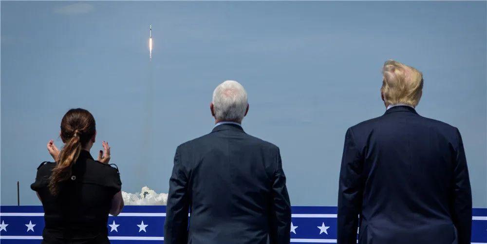 """美国""""龙""""飞船首次载人试飞"""
