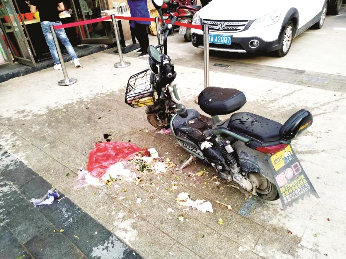 """可恶!三楼住户丢下一袋垃圾 砸中过早的公交""""托举哥"""""""
