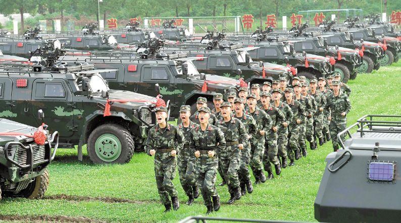武警部队首次列装 新型反恐突击车亮相湖北