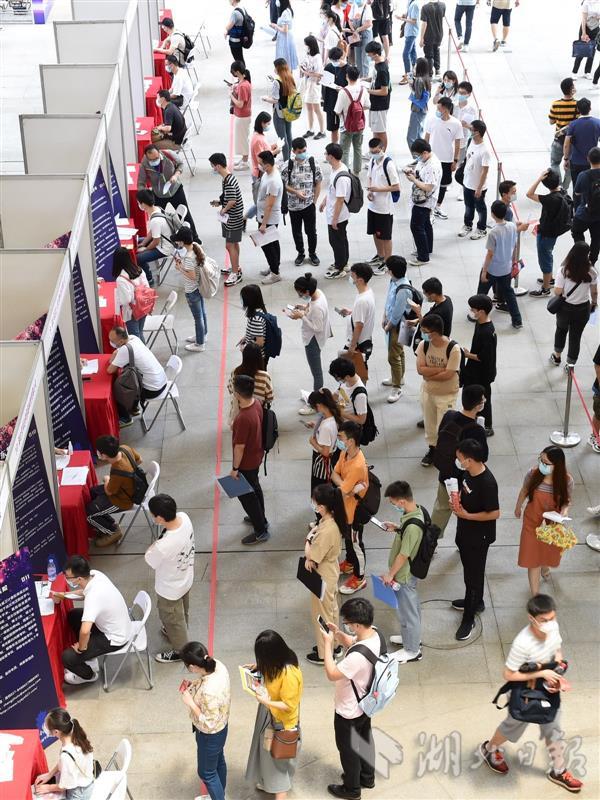 2020年武汉首场高校毕业生线下招聘会举行