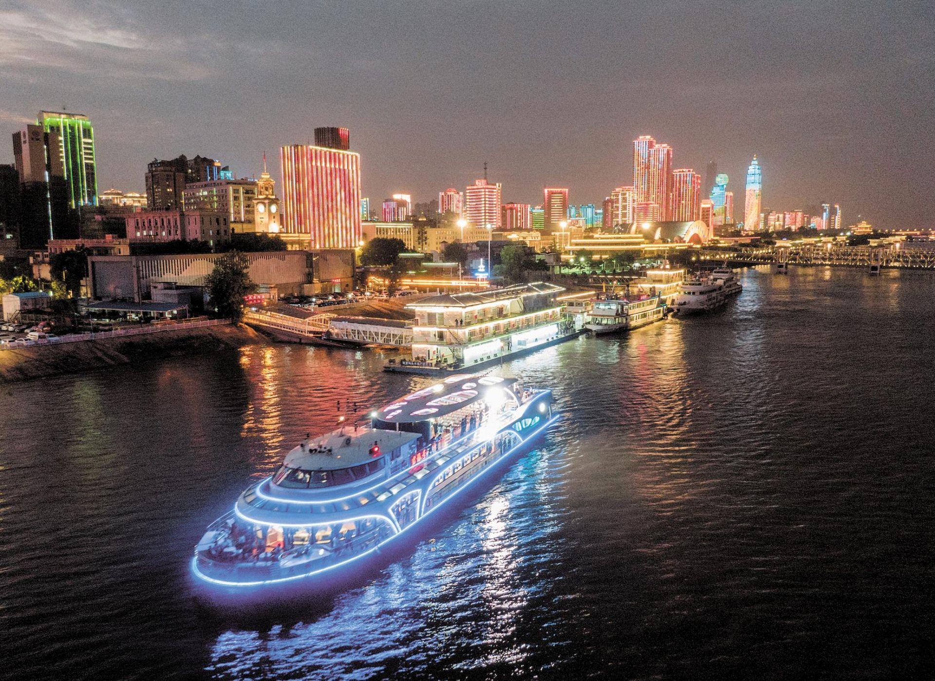 <strong>我国首艘千吨级纯电动客船在汉启航</strong>