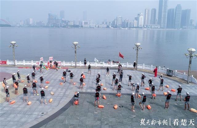 退役军人横渡长江,端午节为武汉加油