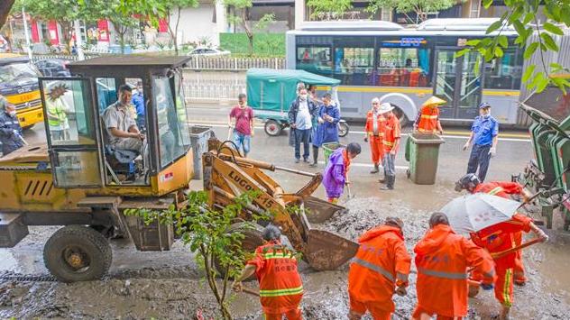 宜昌清理暴雨水毁设施 恢复城市容颜