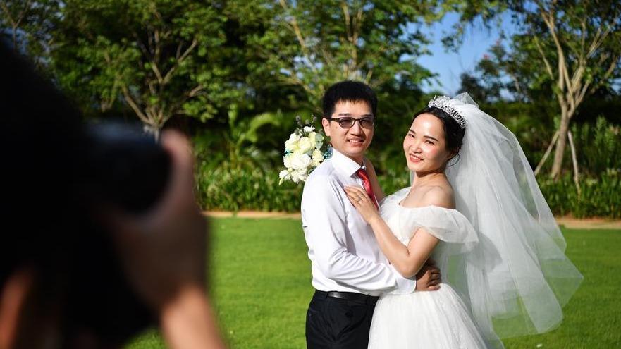 """武汉等地战""""疫""""情侣齐聚海南举办集体婚礼"""