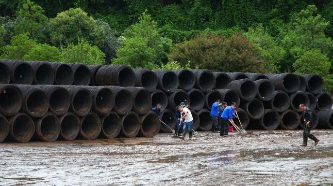 宜昌:暴雨致工厂停产 员工抢险自救