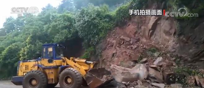 重庆多地强降雨 一路段出现塌方