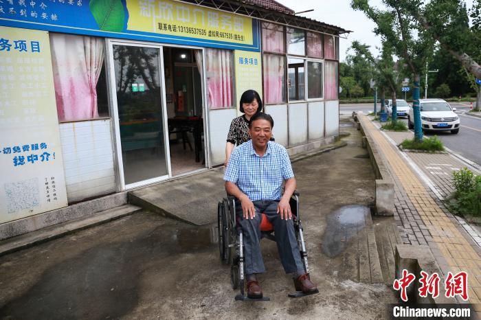 """不离不弃照顾瘫痪丈夫35年 农妇演绎""""乡村爱情"""""""