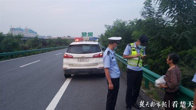 婆婆误上高速迷路,民警安全送其回家