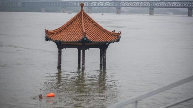 洪水漫过亲水凉亭