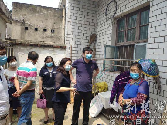 武昌区粮道街驻村工作队走访慰问贫困户
