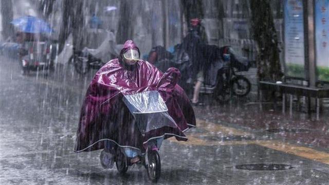 滂沱大雨下的江城街头