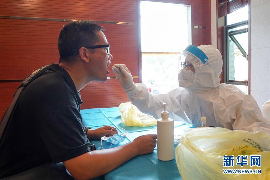 采访中超的媒体记者接受核酸检测