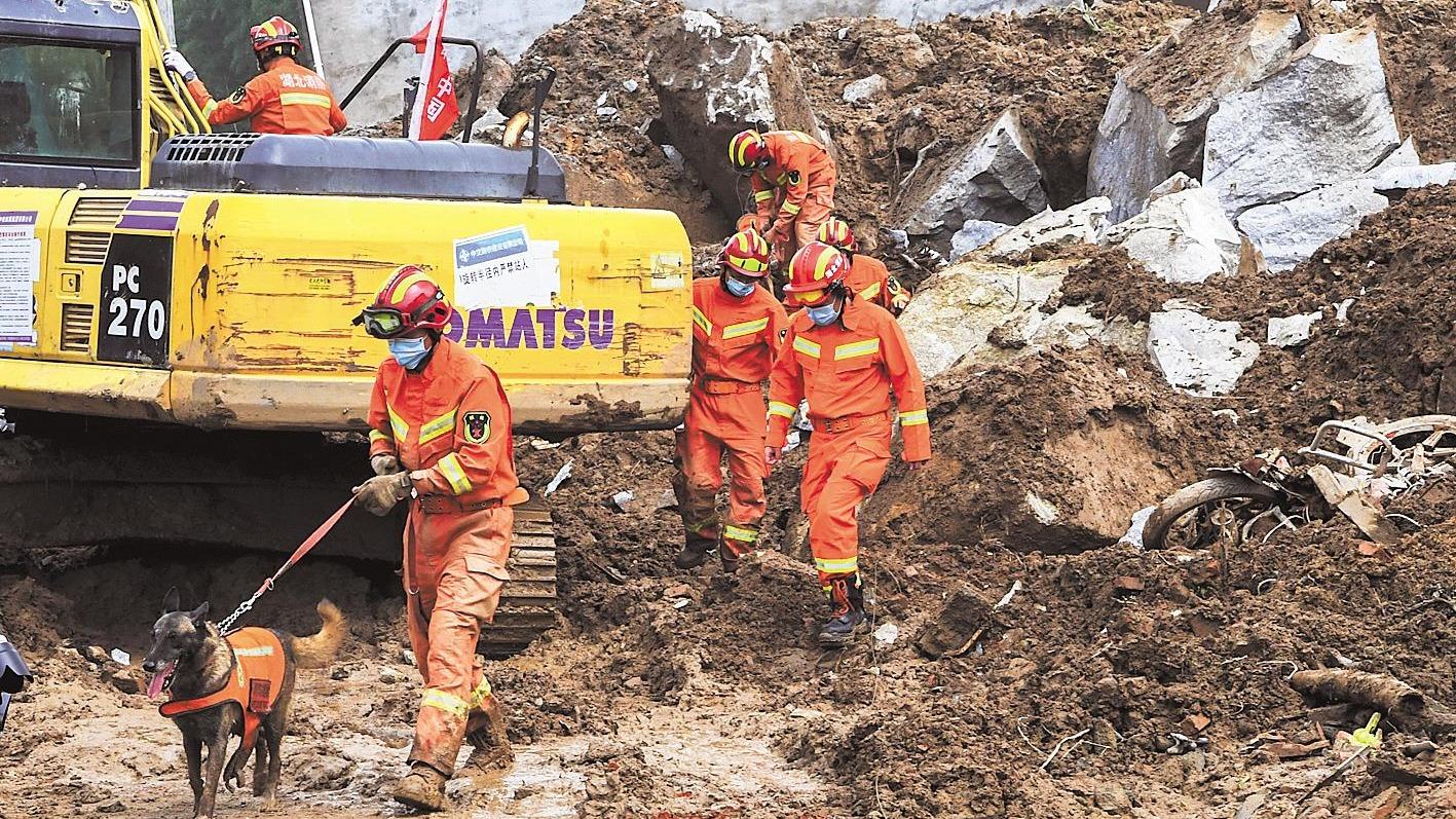黄梅山体滑坡现场,消防救援队全力搜救