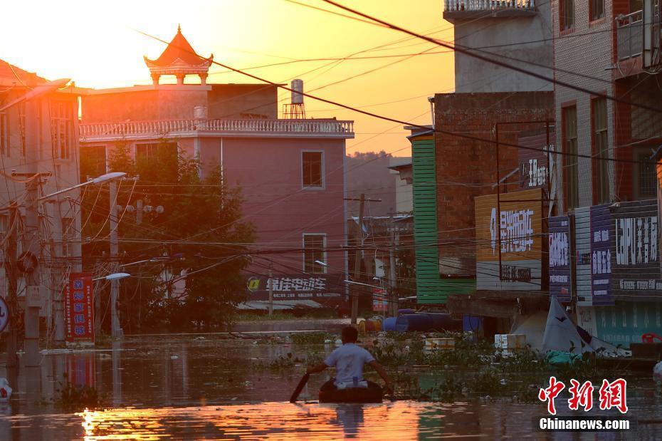 江西鄱阳三层楼房洪水中倾倒