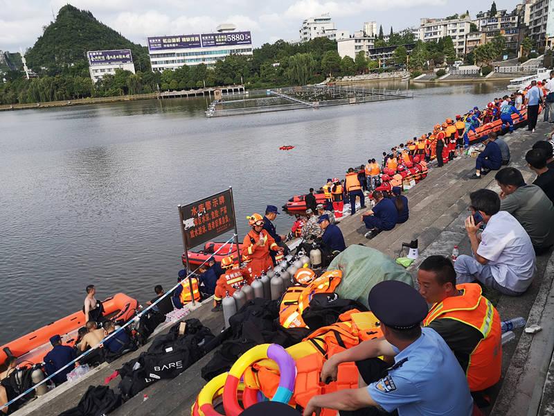 贵州安顺坠湖公交救出36人中有学生4人,其中一名学生死亡