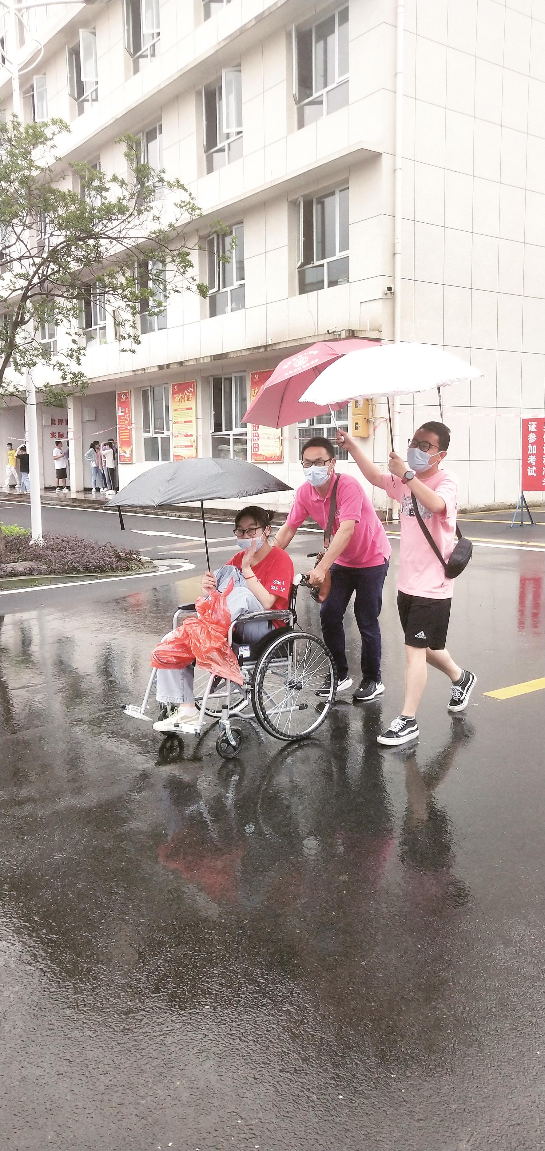 利川:老师后背湿透 为她撑伞遮雨 浓浓关爱包围轮椅女生