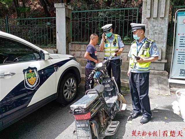 """长江大桥上的""""焦警"""":无惧40℃高温,查纠违章闪电拖走事故车"""