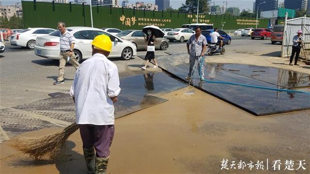 人行道被围挡拦住,路面铺了五块钢板,这个路口不好走