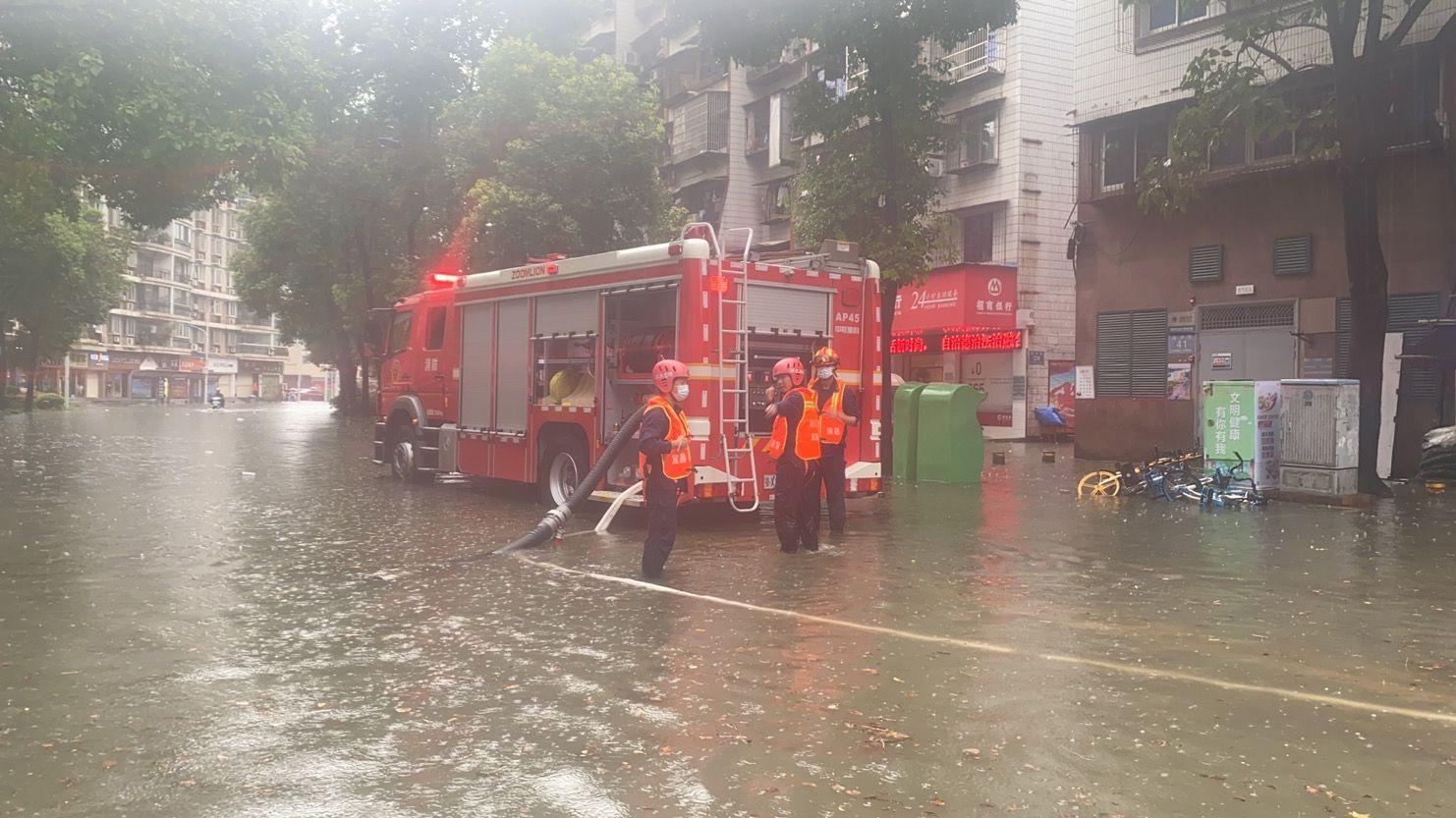 宜昌城区普降大雨 消防部门紧急排涝(图)