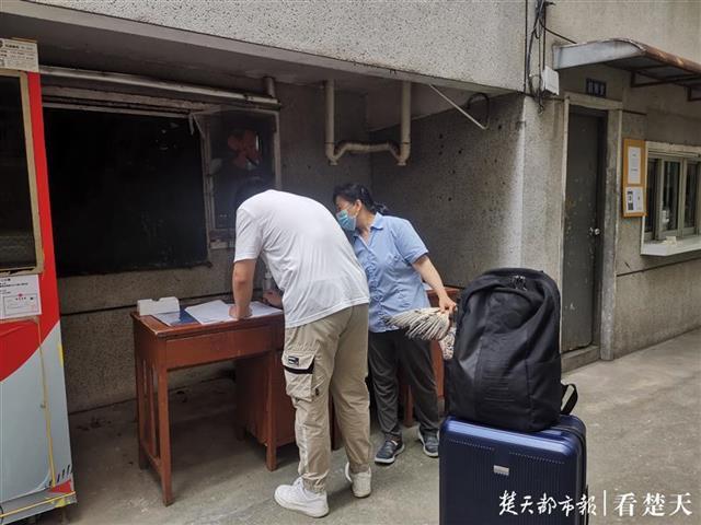 学生在宿舍前登记信息