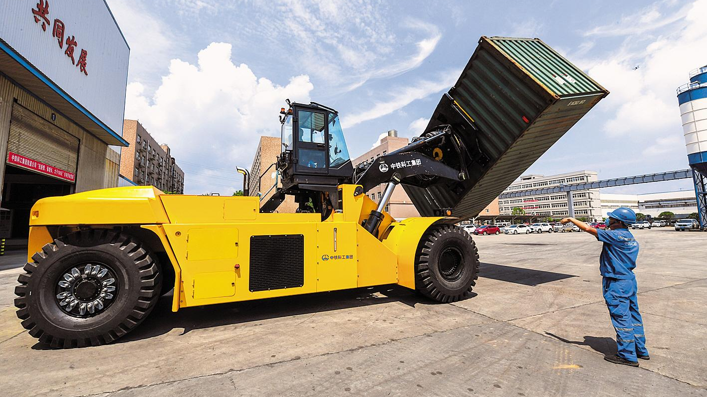可旋转重型叉装车在武汉研制成功