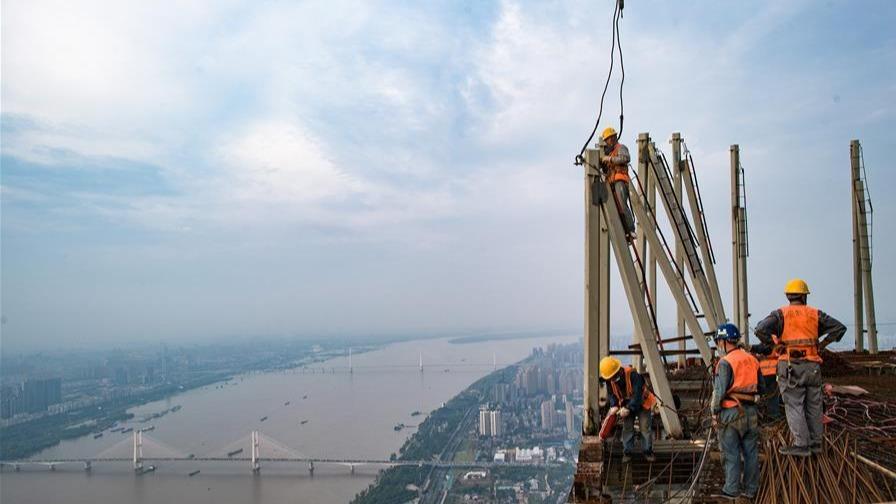 俯瞰长江的建设者
