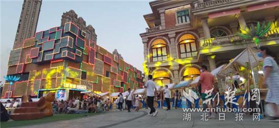 """8月28日至30日,""""文创玩城.汉GAI市集""""暨武汉青年力量战疫海报展,在楚河汉街火爆开幕。 通讯员供图"""